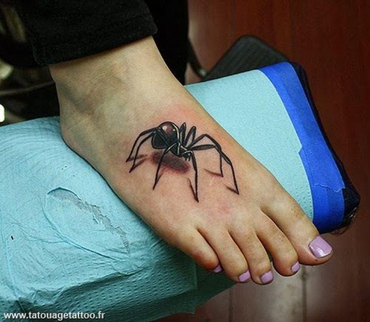 Tatouage araignee 3d sur le pied femme