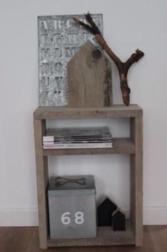 Nachtkastje / bijzettafeltje van oud steigerhout #made by echtvanhout Vanaf nu te bestellen!