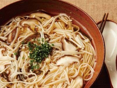 堀 知佐子 さんの生しいたけを使った「きのこにゅう麺」。「夜食はやっぱり麺類が食べたい!」という方におすすめのレシピ。きのこのやさしい食感と味わいが少量のそうめんでも満足させてくれます。 NHK「きょうの料理」で放送された料理レシピや献立が満載。