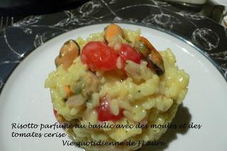 Risotto parfumé au basilic avec des moules et des tomates cerise