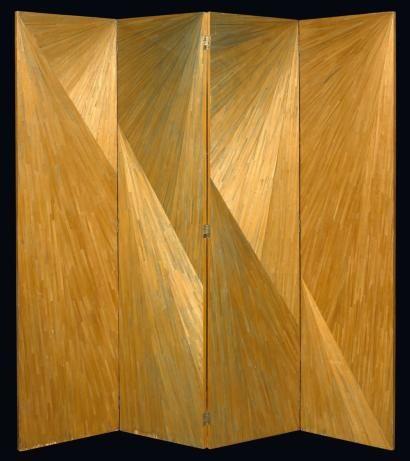 Paravent (vers 1925) Jean-Michel Frank. Quatre feuilles articulées sur charnières à panneaux pleins entièrement recouverts toutes faces de marqueterie de paille à motifs rayonnants.
