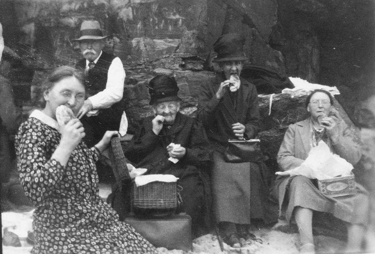 PASTIES FOR LUNCH (c.1925)   Great Western Beach, Newquay, Cornwall ✫ღ⊰n