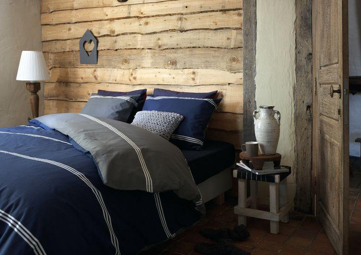 Houten Slaapkamer Muur : Houten slaapkamer muur met planken tegen de ...