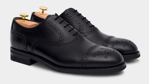 Scegli le scarpe da uomo stringate per l'ufficio con un'eleganza discreta e senza tempo: le Francesine. Quelle in pelle nera sono per una cerimonia classica.
