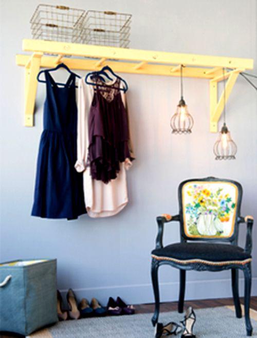 Gli armadi aperti e a vista sono sempre più di moda. Perché allora non decidere di utilizzare una bella scala di legno per crearne uno perfetto per la camera da letto.