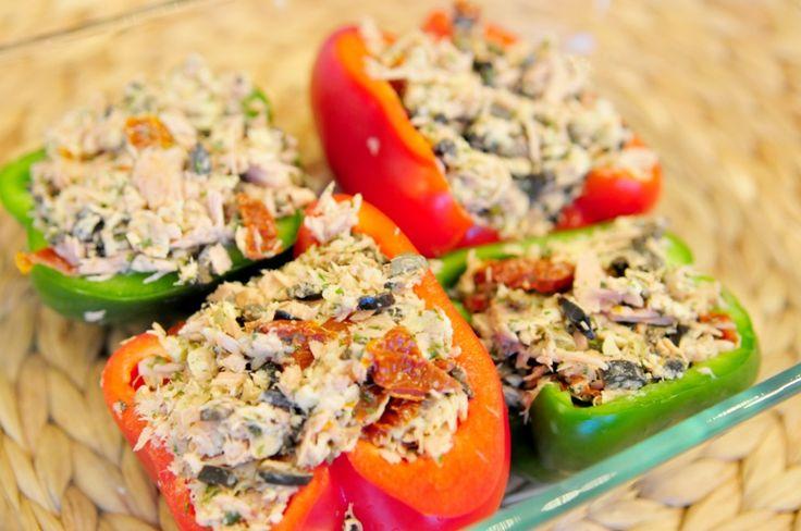 Gevulde paprika uit de oven met tonijn is een heerlijk recept. Het standaard gevulde paprika recept met gehakt hebben we als inspiratiebron gebruikt en hier een vis variant op bedacht. En dat heeft goed uitgepakt ;)