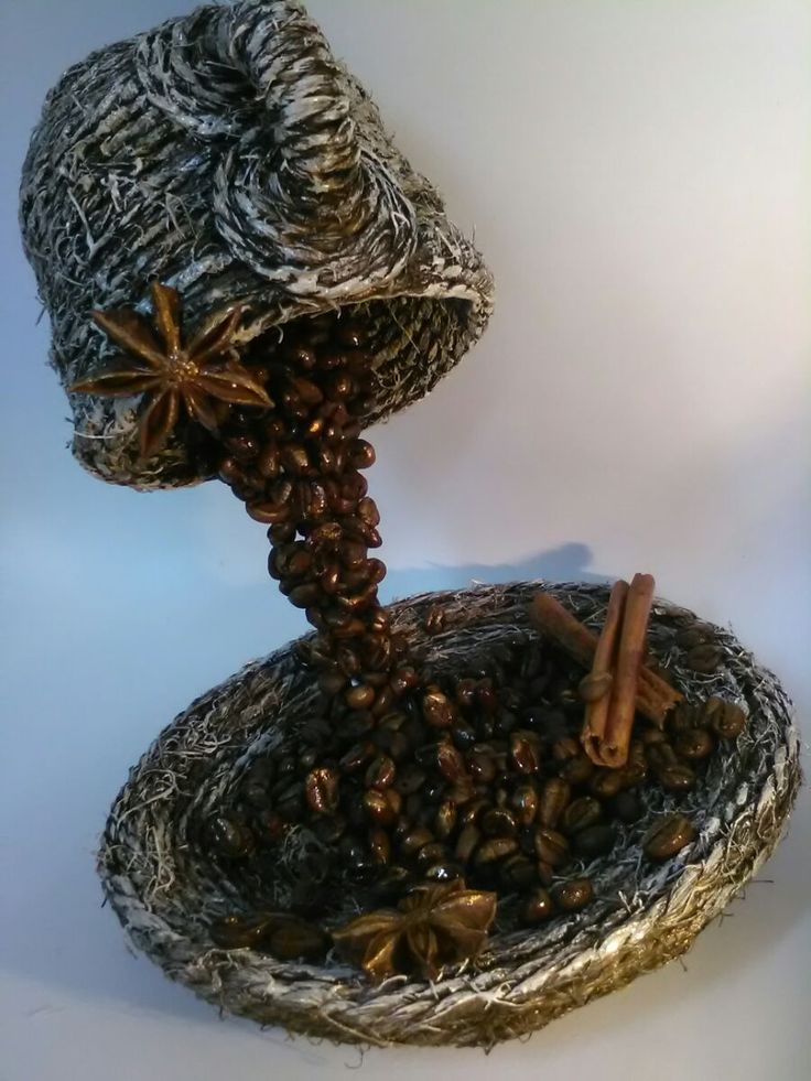 Levitující kávový hrníček vyrobený ze šálku, podšálku, vidličky, špagátu a různých domácich, kuchynských ozdob..