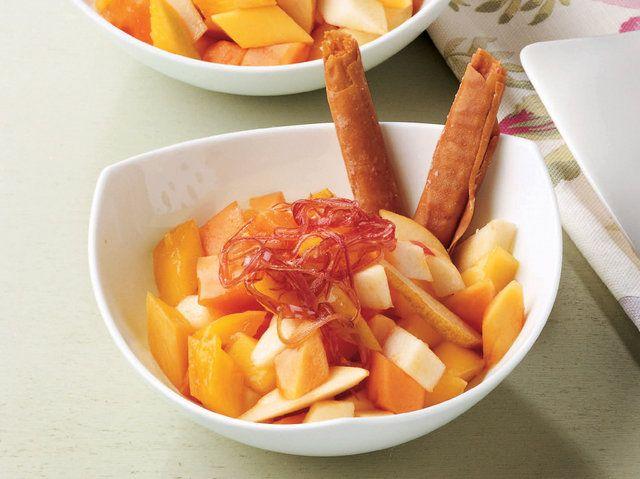 """Nefis Meyvelerle Hazırlanmış Hafif ve Tatlı """" Cannoli Batonlu Meyve Salatası """" Yapımı...    Baklava yufkasından uzunluğu 10 cm olan 8 adet şerit kesin. Cannoli batonlarını hazırlamak için şeritleri rulo sarın. Yağlı pişirme kağıdının üzerine dizip 1 çay kaşığı pudraşekeri serpin. Önceden ısıtılmış 170 derece fırında 8-10 dakika pişirin. Fırından çıkarttıktan sonra soğumaya bırakın. 30 ml su ve tozşekeri kaynatıp şurubu…"""
