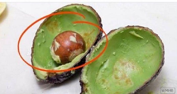 O abacate é uma fruta bastante benéfica para a nossa saúde.Boa parte das pessoas certamente sabe disso.O que muito pouca gente sabe é que o caroço (ou a semente) de abacate é um tesouro medicinal.