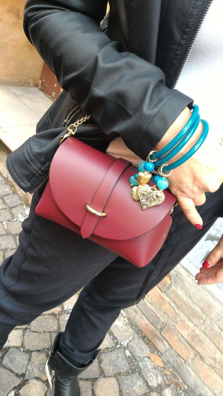 Miniborsa in pelle con bangles pieno di charms. 100% made in Italy, bijoux, borsa, fashion accessories