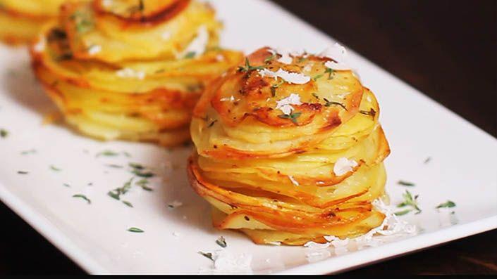 Tento jednoduchý recept na zemiakové komínky s parmezánom je skvelou prílohou alebo predjedlom, ktoré si vaša rodina a tiež vaši priatelia rýchlo zamilujú.