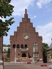traditionalisme, 1925-1960  kenmerken zijn: er werd vooral hout, baksteen en natuursteen gebruikt als bouwmaterialen, het zijn gebouwen met rechte lijnen