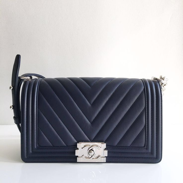 Chanel chevron boy bag in black with silver hardware - Timpanys Dress Agency  - 1