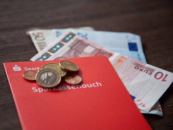 Jetzt Bargeld bunkern? Experten erwarten Strafzinsen für Kleinsparer – Business Insider Deutschland Mit aller Gewalt geht die EZB gegen Mini-Inflation und schwächelnde Konjunktur vor. Dafür h…