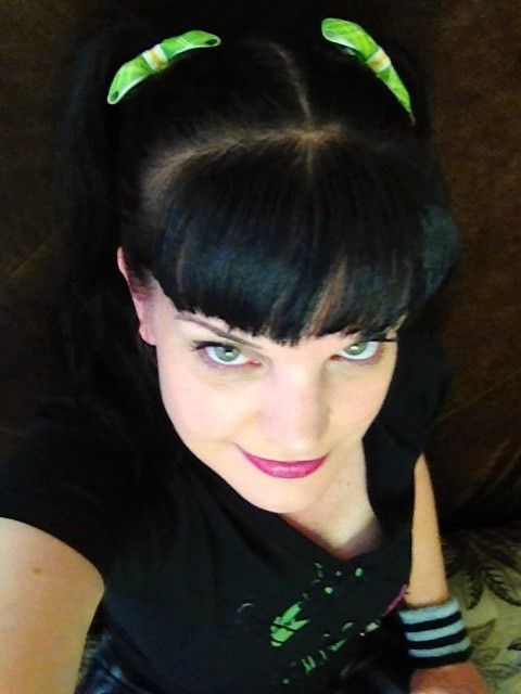 """First Bows Season 11  Pauley Perrette (@Yves Paul Scherer Phillips) tweets, """"Abby's first bows for #NCIS Season 11 ! Back to work y'all!"""""""