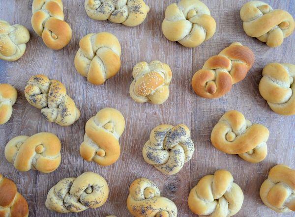 Een eenvoudig recept om zelf knoop broodjes te maken. In totaal met 4 how to's voor verschillende soorten knoop broodjes.