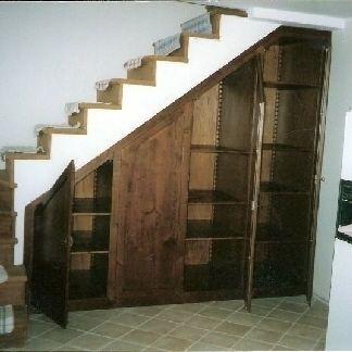 Libreria sotto scala con ripostiglio (per scarpe,granate etc.) non di questo legno scuro atroce però