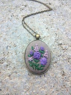 Purpurrote Blume Halskette lila auf Kette von RedWorkStitches