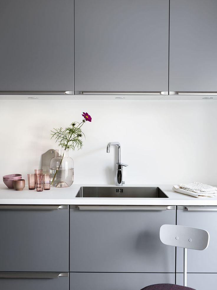 På jakt efter ett grått kök? Här visar vi Bistro mörkgrå med köksö. Hitta din köksinspiration hos Ballingslöv!