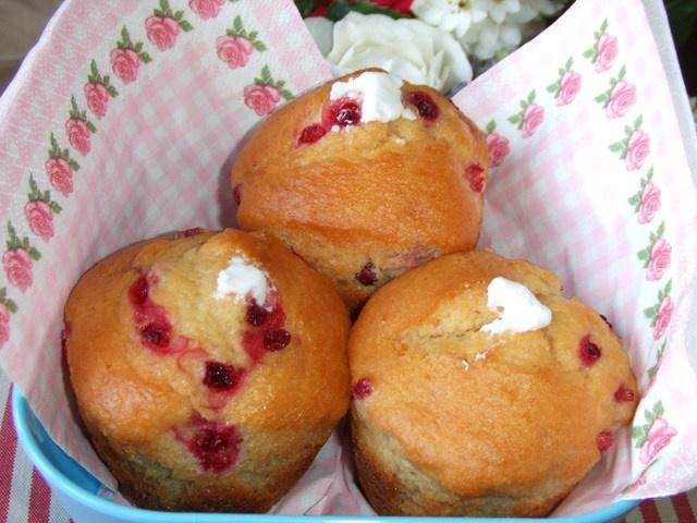 Muffins de arándanos rojos rellenos de crema de yogurt. Ver receta: http://www.mis-recetas.org/recetas/show/37229-muffins-de-arandanos-rojos-rellenos-de-crema-de-yogurt #desayuno #muffins