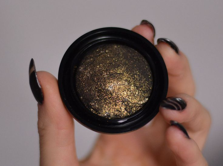 New year, new BOOMs. Eyeshadow Moondust in Golden Sphere. All you need for a booming makeup in 2016.