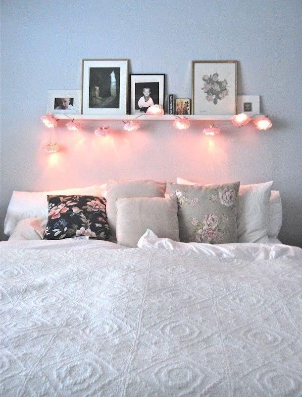 Blumen Lichterkette Als Deko Im Schlafzimmer   Regalbrett Mit Bilderrahmen  über Dem Bett.