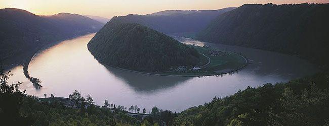 """Wo die Donau am schönsten ist - Die Donau ist nicht nur dank """"Walzerkönig"""" Johann Strauß Sohn untrennbar mit Österreich verbunden - der österreichische Donauabschnitt zählt zu den landschaftlich schönsten des 2.888 km langen Stromes und hat sich mit seinen zahlreichen Natur-, Kultur- und Genussangeboten als attraktive Erlebnisregion etabliert. Donauschlinge bei Schlögen / Oberösterreich"""