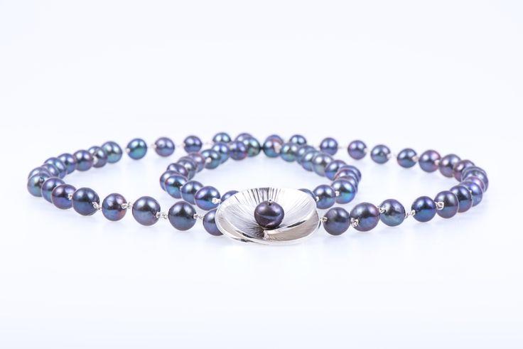 VOGA VITA - Dark grey fresh water pearls necklace with sterling silver camellia brooche by Turmalina & Durando - www.vogavita.com