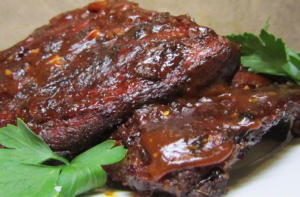 Costine di maiale alla griglia con salsa barbecue - Grigliata in compagnia di amici: le costine di maiale con la salsa barbecue fatta in casa sono una golosità spettacolare.