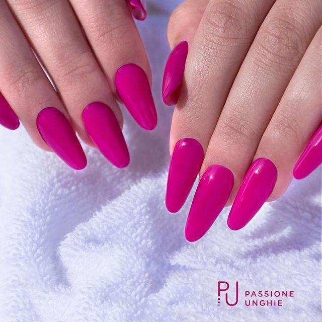 Intenso, elegante e femminile, questo è il #geluv F06 #Sweety.  Struttura realizzata con il costruttore #NaturalBuilder.  Sigillato con #RockGloss.    #nail #nails #gelnails #uñasdecoradas #uñas #beauty #viola #collezioneFAST  #passioneunghieofficial
