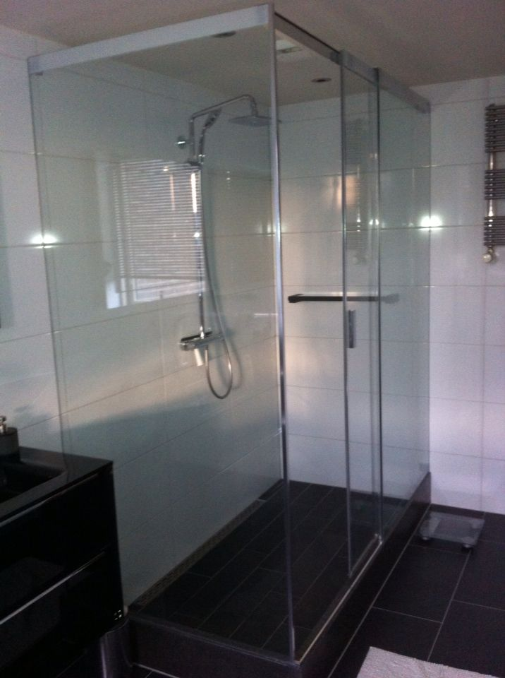 Zwart witte badkamer met moda tegels en sealskin 4200 douche cabine design by ennovy for Badkamer design italiaanse douche