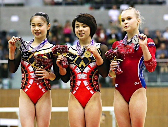 体操の種目別で争う豊田国際大会最終日は11日、愛知・スカイホール豊田で行われ、女子はリオデジャネイロ五輪代表の村上茉愛(写真中央)が平均台を14.566点で、ゆかを14.933点で制し2冠に輝いた。 #村上茉愛 #体操