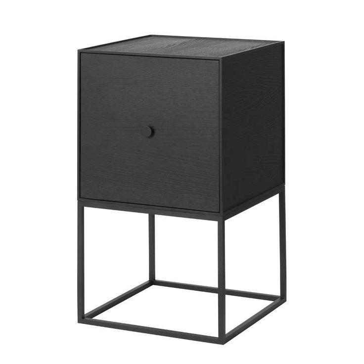 Frame 35 Sideboard met deur is super als nachtkastje en heeft plek voor allerlei kleine spullen. Zwart metalen frame met zwart essen wanden. Maat: 35x35x65 cm.