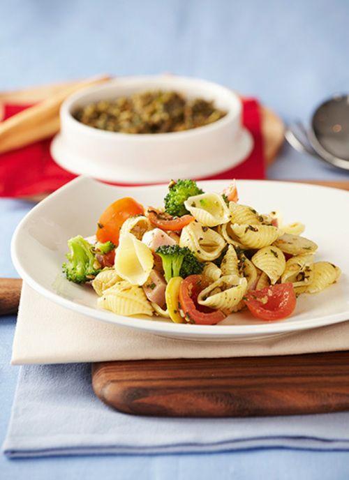 Ensalada de conchas con brócoli y pesto Chef: Juanita Umaña La pasta corta resulta ideal para ensaladas y preparaciones sencillas. Esta es una receta fresca con ingredientes básicos que resaltan por sus diferentes colores, sabores y texturas.