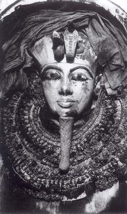 Tutanchamuns innerster Sarkophag im Moment der Freilegung