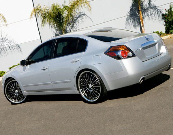 Altima on Lexani LSS11 Black/Machined with Chrome Lips Wheels