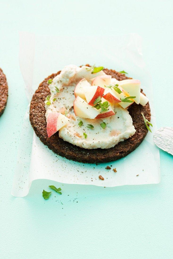 Schnittchen-Tipp! Veganer Meerrettich-Aufstrich mit Apfel auf Brot    http://eatsmarter.de/rezepte/veganer-meerrettich-aufstrich-mit-apfel-auf-brot