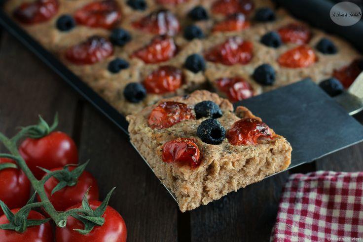 Focaccia integrale con pomodorini e olive
