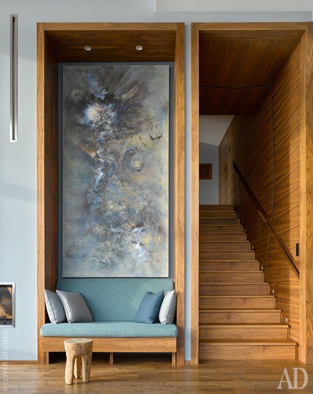 Вид на лестницу, соединяющую два уровня квартиры.