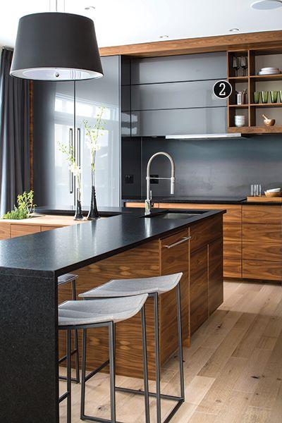 Black and wood kitchen decor. | Chez Soi idée association bois noir, vitreteinté mat, plus avec carrelage mais bonne idée