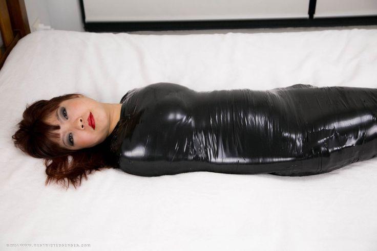 крупным скотчем связанная голая девушка немедленно