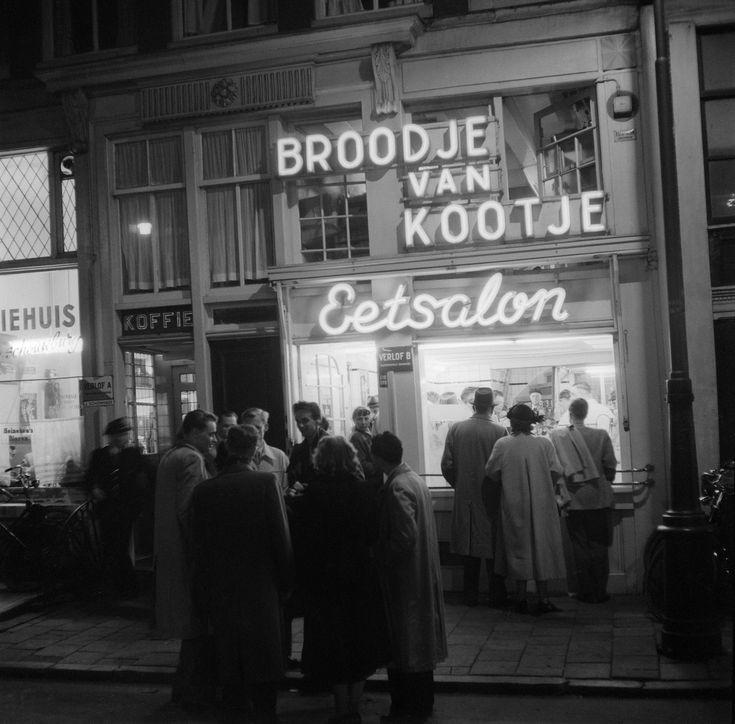 Eetsalon Broodje van Kootje aan het Leidseplein, Amsterdam (1953) - Het Geheugen van Nederland - Online beeldbank van Archieven, Musea en Bibliotheken