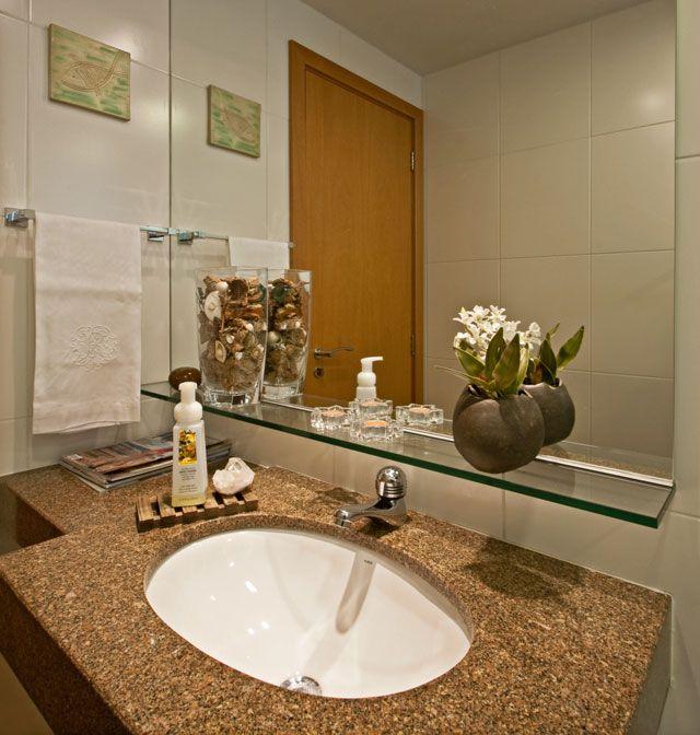 Banheiro pequeno em tons neutros.  Fotografia: Henrique Queiroga.