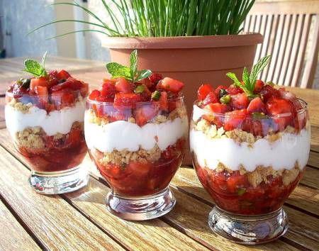 Des fraises aux éclats de pistache pour la fraîcheur, des sablés pour le croquant et du fromage blanc pour la douceur....