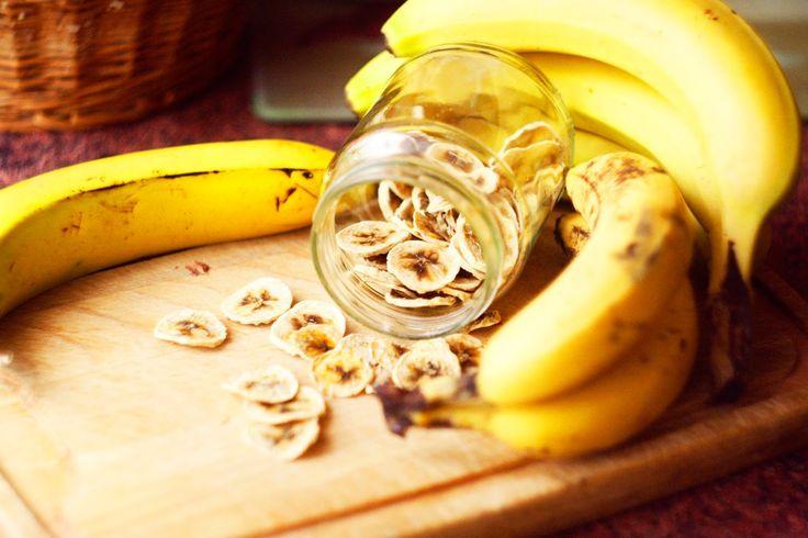 Suszone Banany (w piekarniku) | 1. Banany obieramy ze skórki. 2. Kroimy na plasterki o grubości około 5mm. 3. Skrapiamy sokiem z cytryny i tak przygotowane układamy na blaszce przykrytej lnianą ściereczką. 4. Wkładamy do piekarnika i suszymy w temperaturze od 50 do 65°C,przez 8-12 godzin. W trakcie suszenia drzwiczki piekarnika powinny być uchylone. 5. Po około 4 godzinach przewracamy banany na drugą stronę.