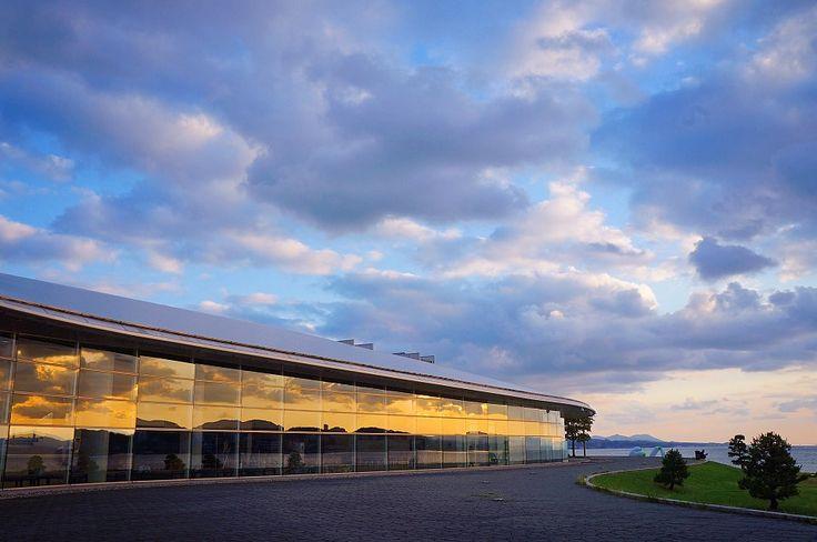 日本夕陽百選の中でも屈指の「宍道湖の夕景」が映る美しい建物