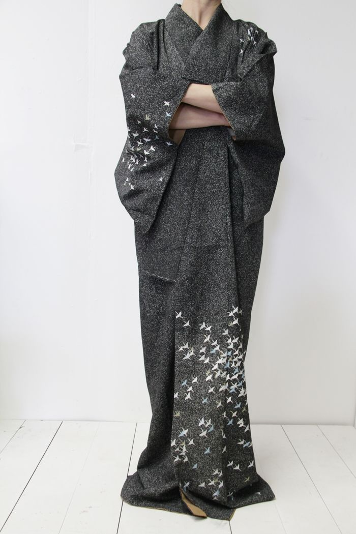 I am freaking out about this kimono... The beautiful, minimal gray is driving me crazy!