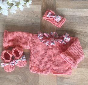 Pack brassière et chaussons et bandeau fille en laine rose corail et tissu Wiltshire Pois de senteur