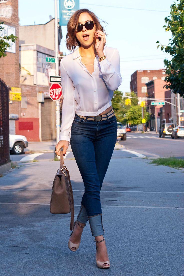 Acheter la tenue sur Lookastic:  https://lookastic.fr/mode-femme/tenues/chemisier-boutonne-jean-skinny-escarpins-cartable-ceinture-lunettes-de-soleil-montre/12375  — Lunettes de soleil noires  — Montre dorée  — Chemisier boutonné blanc  — Ceinture en toile beige  — Jean skinny bleu marine  — Cartable en cuir brun  — Escarpins en cuir découpés beiges