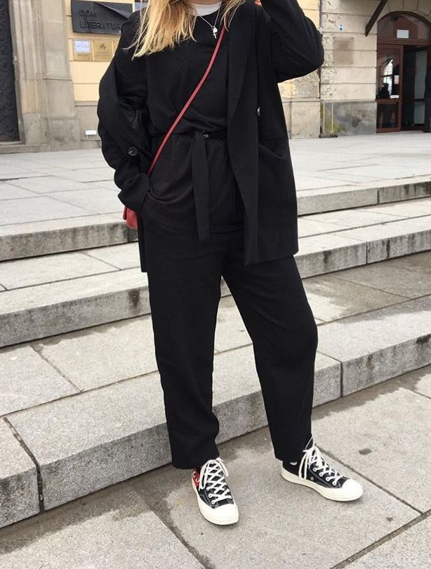 @grcetrner instagram. OOTD in Warsaw. Street style. Black Tailored Jacket; CDG converse; Wide Leg trousers & a red side bag.